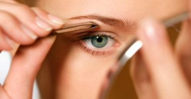 DIY: How to Shape Your Eyebrows With Tweezers
